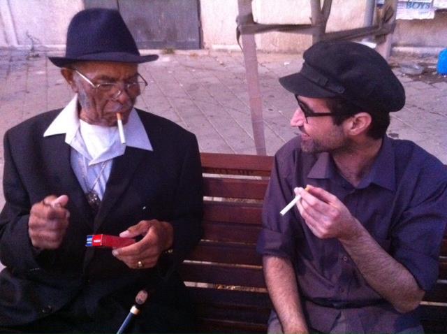 ערן סבאג ורוברט בלפור יושבים על סיגריה