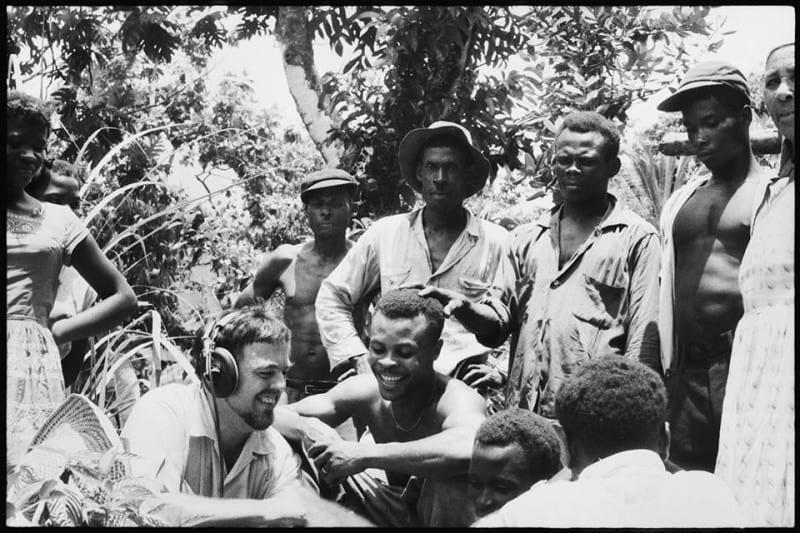 לומקס עם חבר נגנים באי דומיניקה שבקאריביים. 25 ביוני 1962.